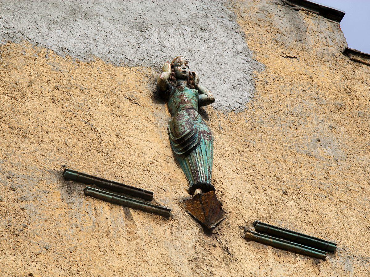 Покрытая эмалью фигура девушки