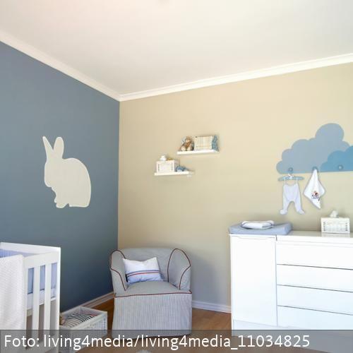 Blau- und beigefarbene Wand mit Hasenmotiv im modernen Babyzimmer