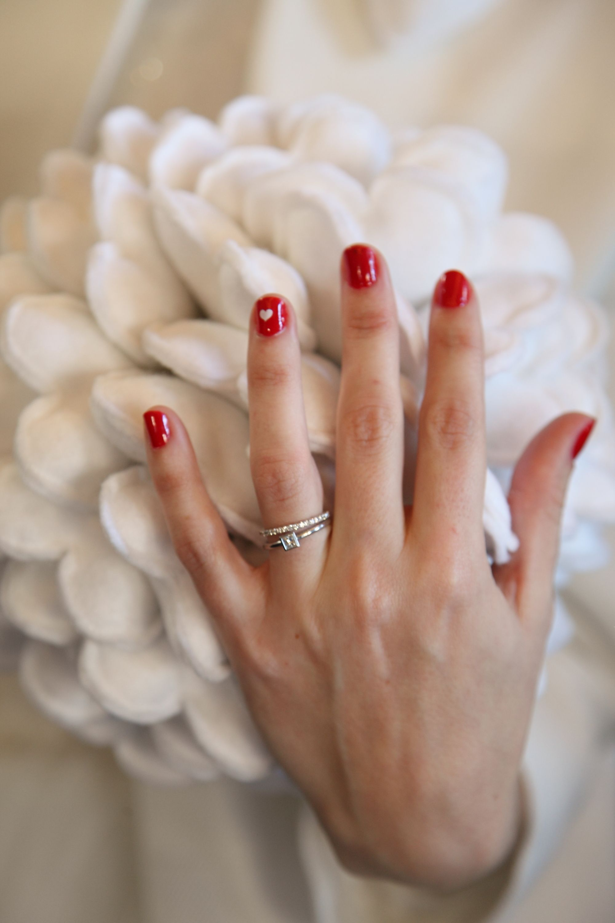 Robe rouge et vernis a ongle