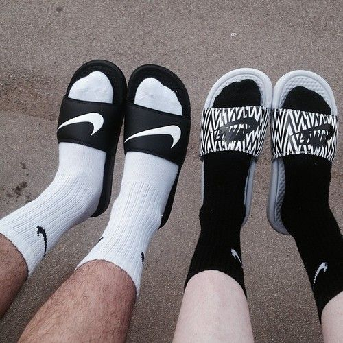 nike sandals with socks plz kicks pinterest claquettes chaussettes et chausette. Black Bedroom Furniture Sets. Home Design Ideas