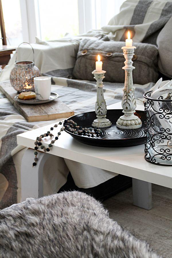 gemütliches Wohnzimmer mit Fellkissen und Plaids grau weiß Holz, DIY ...
