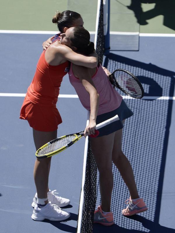 Zwei Italienerinnen im Viertelfinale der US Open: Flavia Pennetta (l) gewann das Duell gegen ihre Freundin Roberta Vinci. (Foto: Justin Lane/dpa)