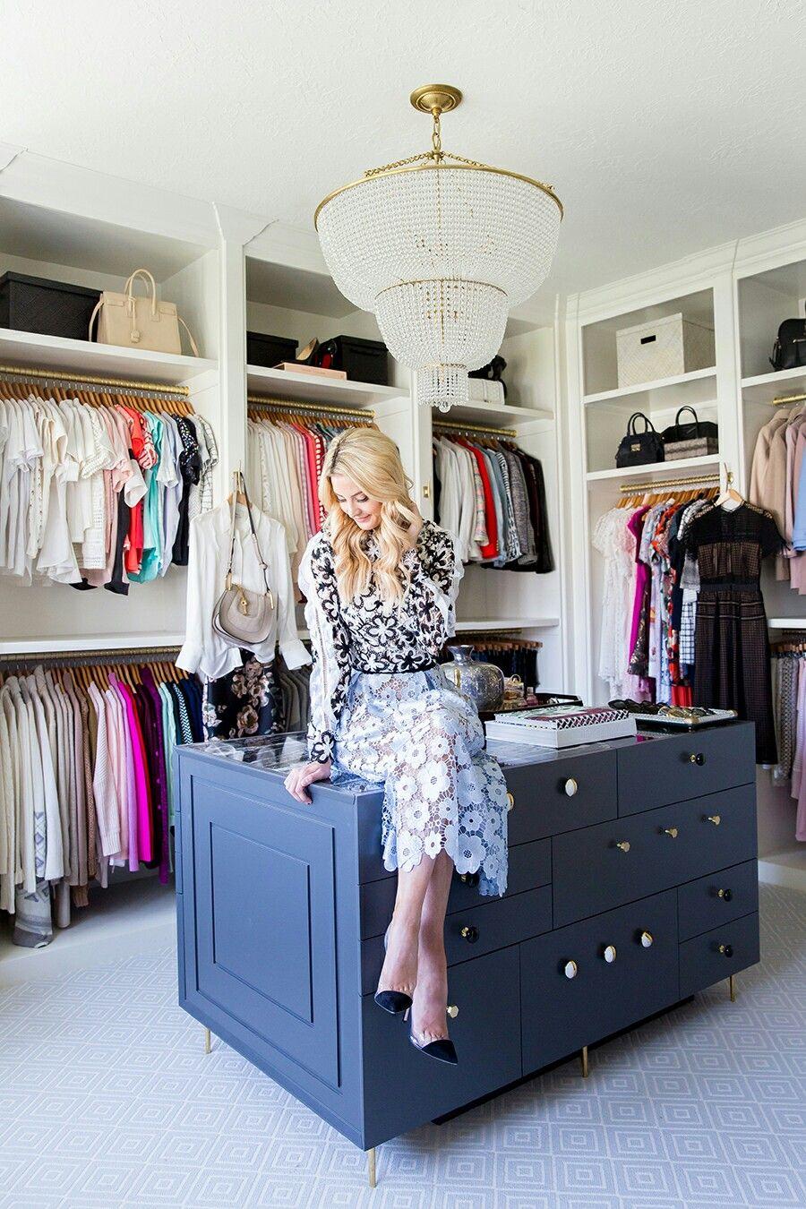 Eleganter Luxus Begehbarer Kleiderschrank Ideen Um Ihre Kleidung So Aufzubewahren Als O In 2020 Organizing Walk In Closet Closet Organization Closet Organization Diy