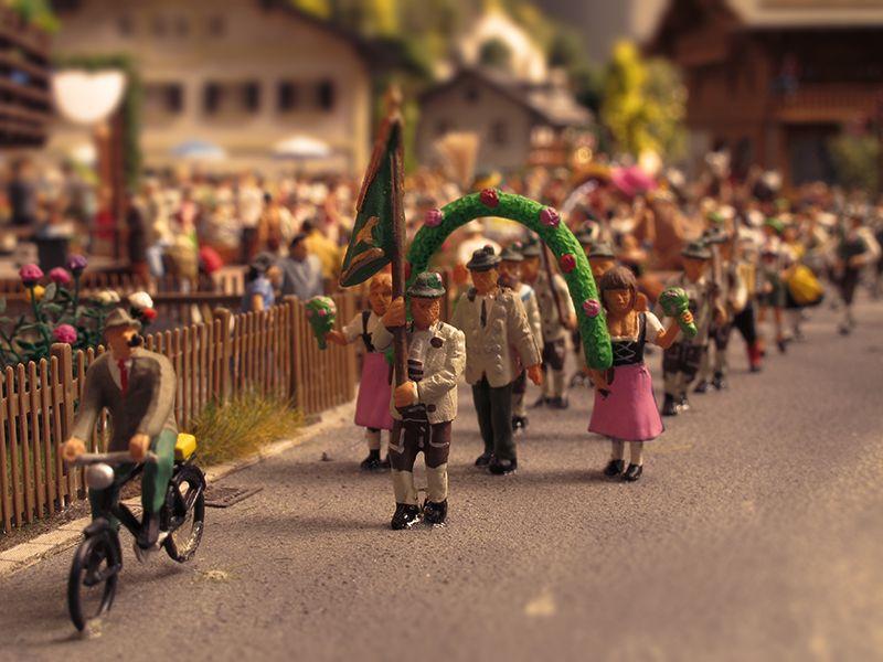 Bunt geschmückt geht es durch die Straßen des Dorfes. // Colourful procession in the village.