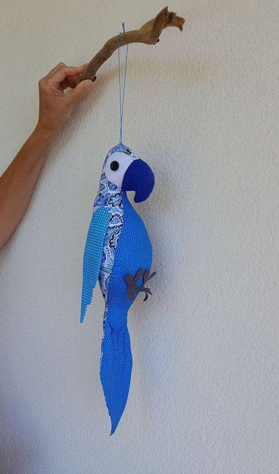 Perroquet à la main, extrêmement coquine - individuellement cousu avec amour et attention aux détails. Celui-ci a été surnommé Pedro!  J'achète des petits morceaux de tissu donc limitent souvent des répétitions de la même conception. Avec diverses combinaisons de tissus et de feutrine, tous mes perroquets sont uniques.  Un perroquet disponible ici dans diverses nuances de tissu de coton bleu et de feutre. Ils peuvent être fait sur mesure si vous avez une combinaison de couleurs particulier…