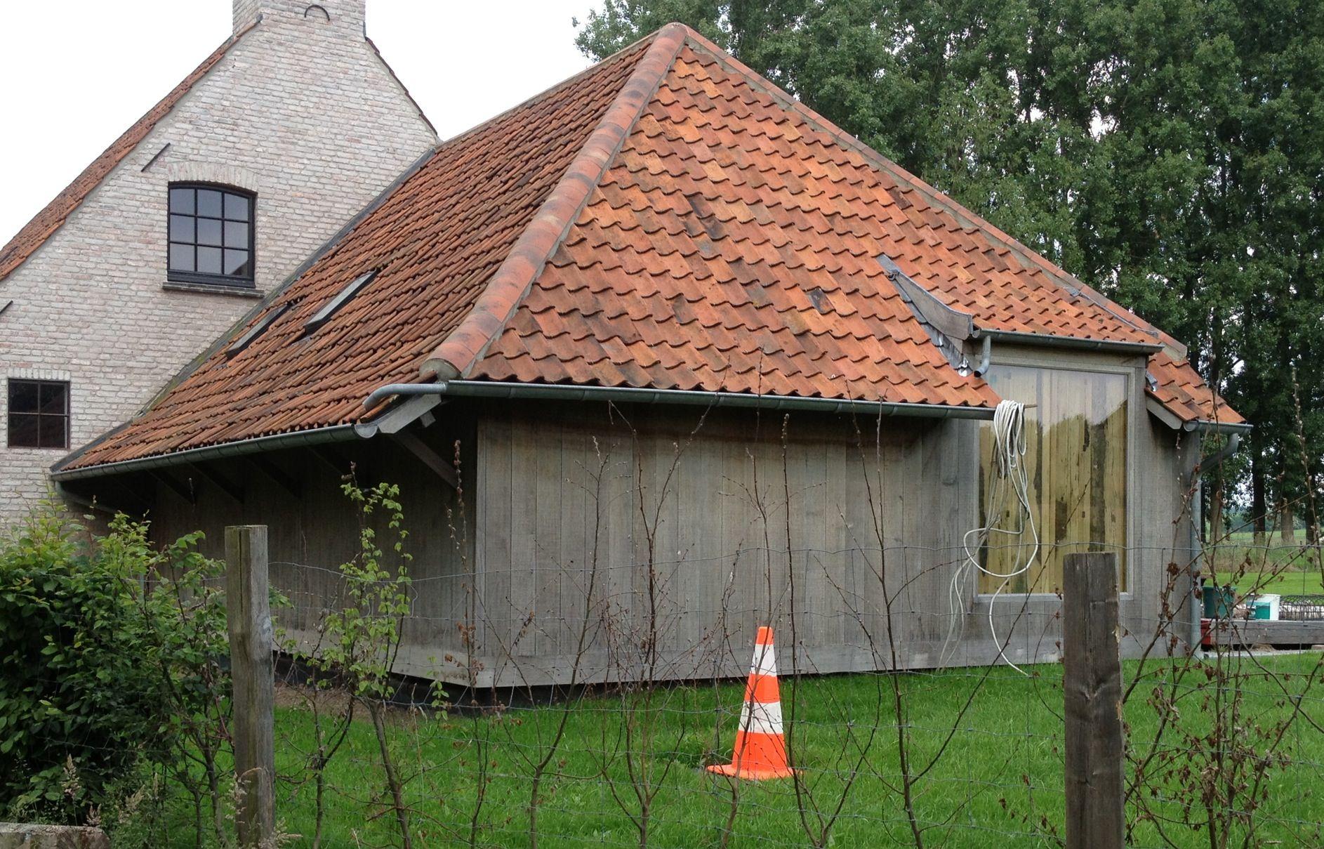 Aanbouw met hout en een groot raam