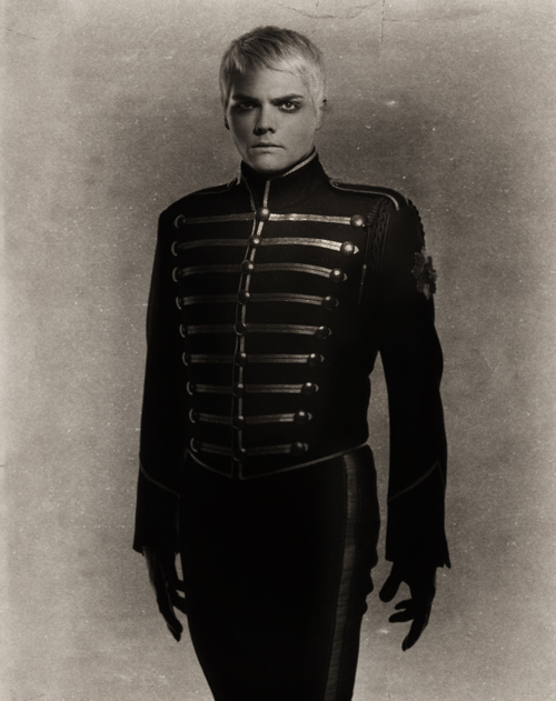 Gerard Way I Love This Picture The Pose The Color The Man 3 Gerard Way Black Parade Black Parade Gerard Way