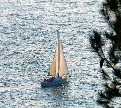 voilier au large de ST JEAN CAP FERRAT