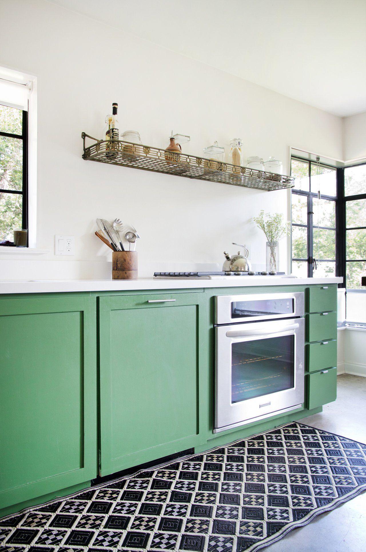 A Modern Mix in Austin | Cocinas, Verde y Muebles verdes