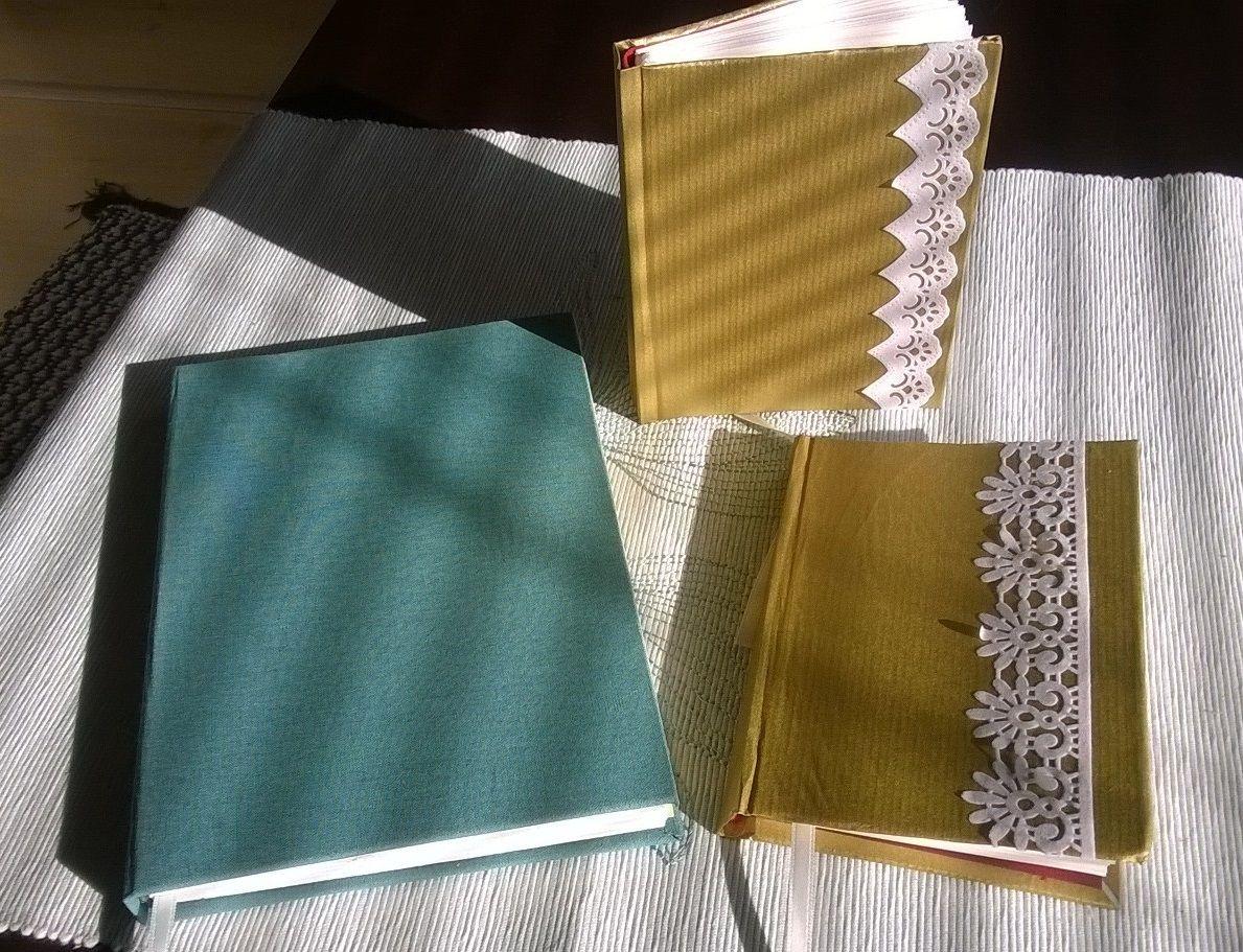 Pikkukullat ja isoveli. Pikkukullat on päällystetty lahjapaperilla (oli muuten ensimmäinen ja viimeinen kerta niin ohuen paperin kanssa) ja viimeistelty skräppäystarralla. Vihreä kirja on kluuttia. 2014.