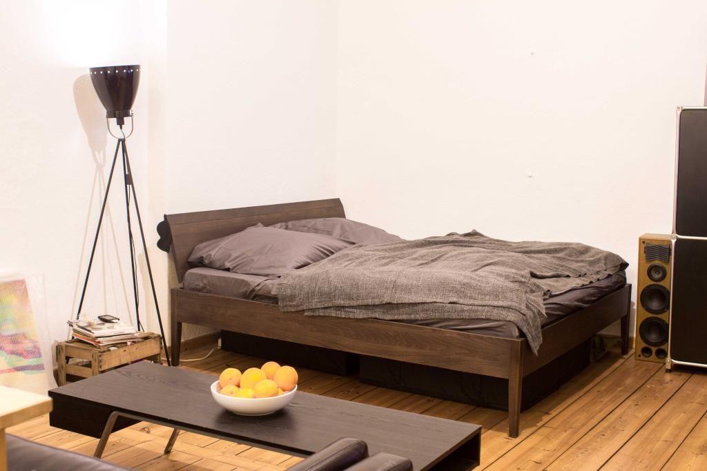 Sehr stylisches Schlafzimmer in schönen Brauntönen gehalten und ...