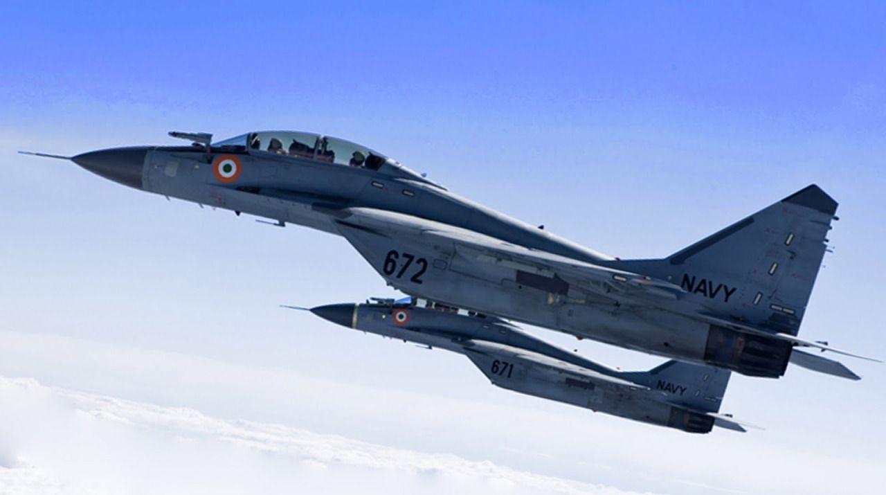 armedaviation: Un par de luchadores de la marina de guerra MiG-29K indios en vuelo