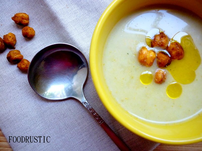 Cauliflower-leek soup with chickpea croutons