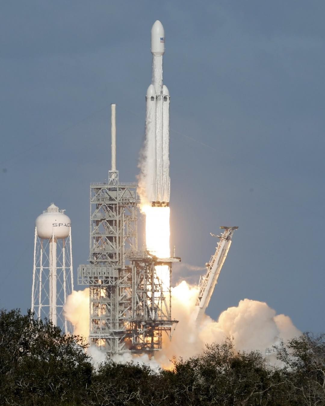 """Rockets To The Moon: SpaceX's Powerful New Rocket Dubbed """"The Falcon Heavy"""