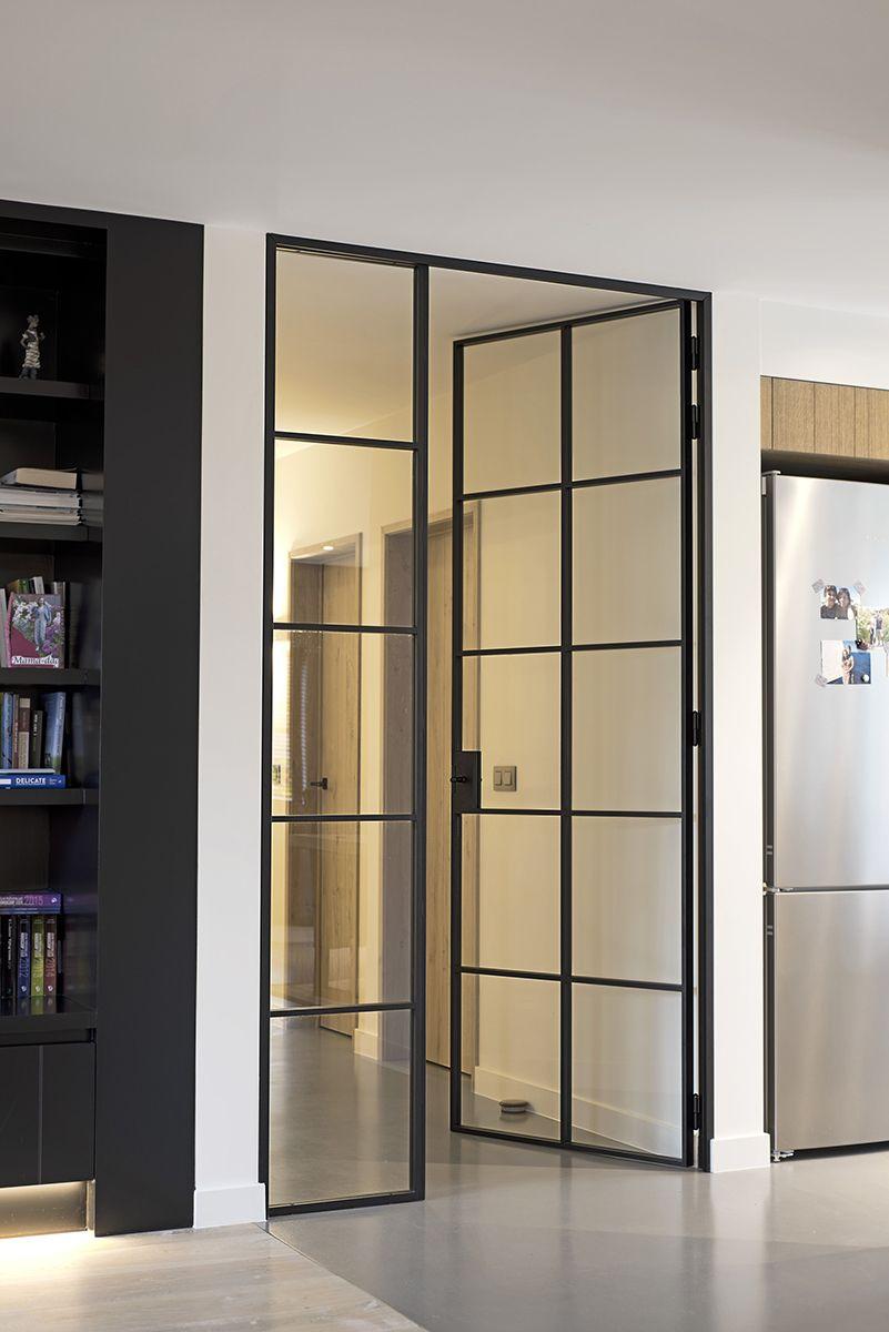 haute porte en m tal laqu e noir avec panneau adjacent fixe en verre portes m tallique. Black Bedroom Furniture Sets. Home Design Ideas