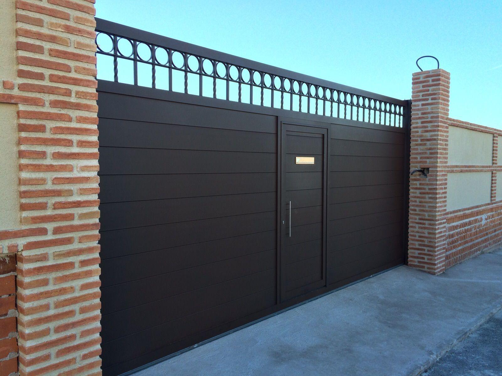 Pin de herrer a y aluminio la uni n en zaguanes de for Puertas hierro exterior fachadas