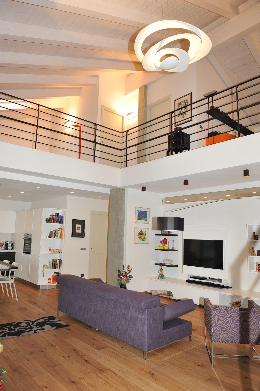 Soggiorno living _ soppalco case moderne di enrico