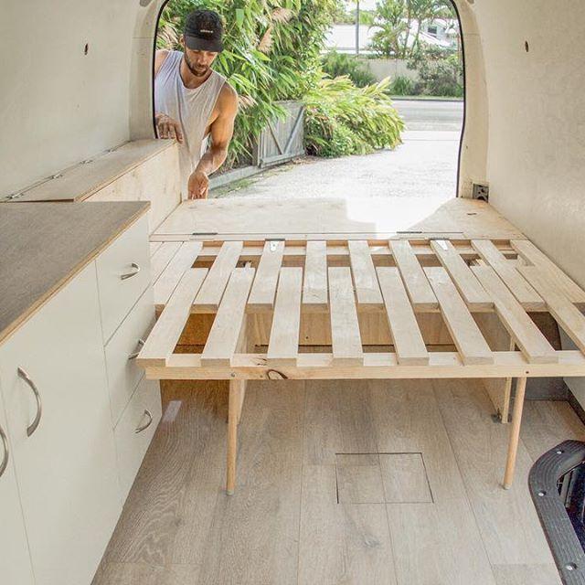bed extension for tall ppl; short ppl sleep horizo… Du möchtest deinen Camper ausbauen? Hier findest du die besten Ideen für Stauraum, Bett und Anleitungen um deinen T2, T3, T4, T5 oder LT bzw. Crafter zu einem Campingbus auszubauen. Verwandle deinen Bulli in einen coole Campervan und steig ein ins Vanlife. #vanlife #vw #campingbus #bulli #ausbau #diy #bett #stauraum #anleitung #campingbus #campervan #wohnwagen