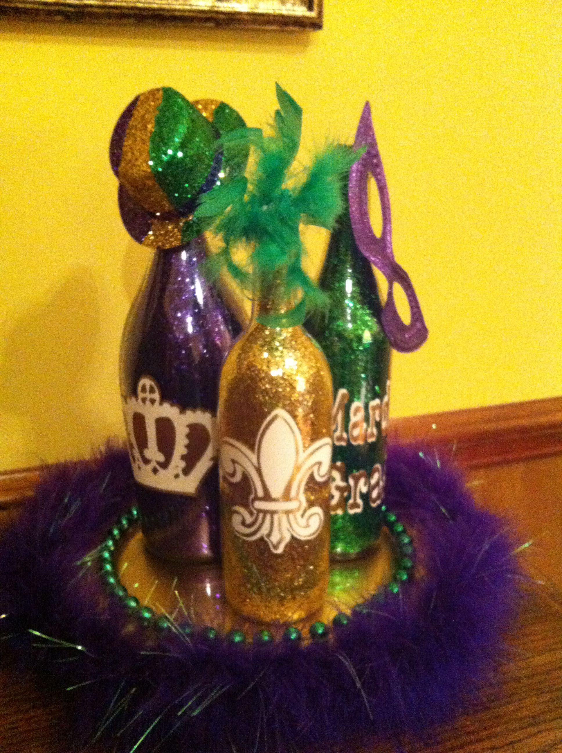 Mardi Gras wine bottles with glitter on the inside & purple boa on charger