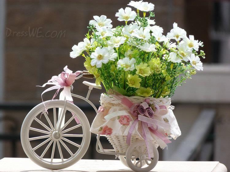 comes un pequeo triciclo europea con las flores blancas centros de mesa