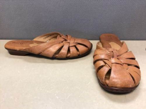 33.85$  Watch here - http://viaqf.justgood.pw/vig/item.php?t=ktmwwyu44466 - Born Brown Leather Closed Toe Low Heel Sandals Slides Womens Size 7 / 38 W5314 33.85$