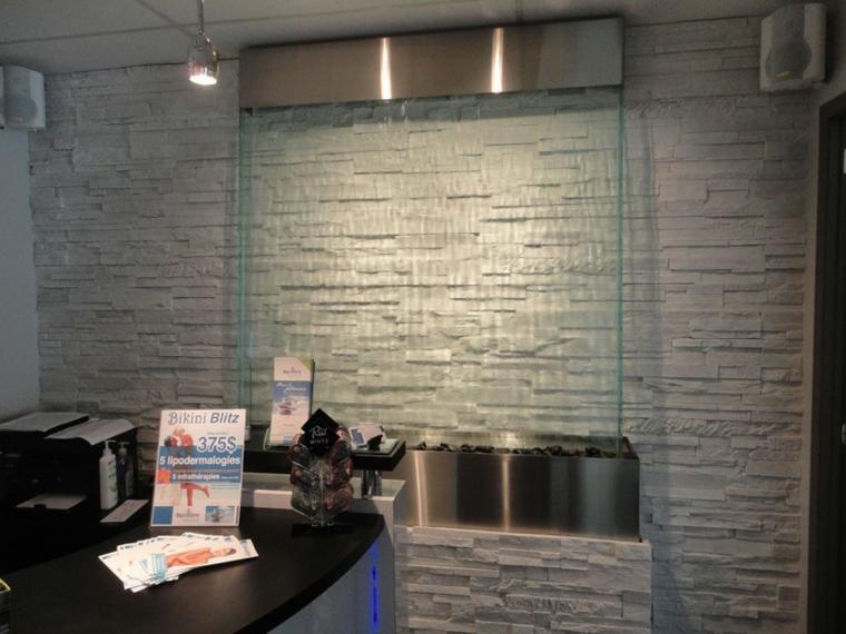 Wände mit Stein und indirekter Beleuchtung dekoriert Haus