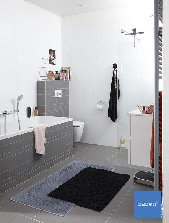 Een complete badkamer voor het hele gezin! Door de tegelstroken - kleine moderne badezimmer