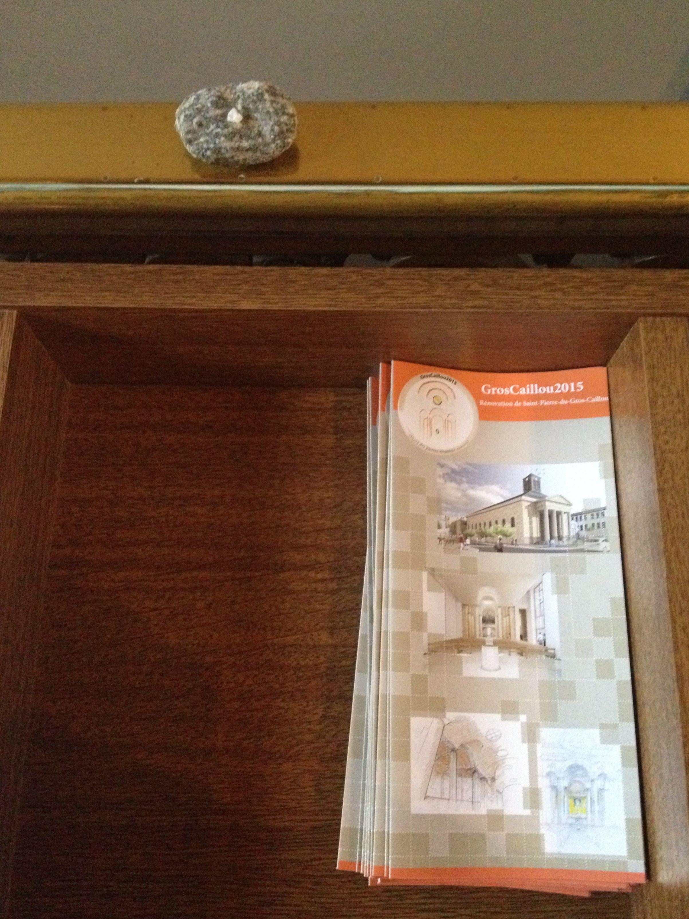 Roche nomade déposée à l'église Saint-Pierre-du-Gros-Caillou à Paris (France). Photo : Lise Létourneau. Pour plus de détails sur le projet Roches nomades : www.museelaurentides.ca/roches-nomades.