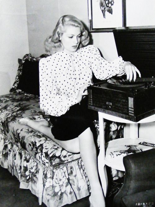 ❥ Lana Turner playing records, 1942