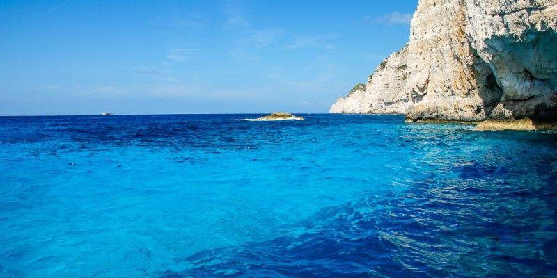 Ein #Meer wie gemalt gibt es bei der #Navagio #Bucht zu sehen #Zakynthos © Isabella Falter