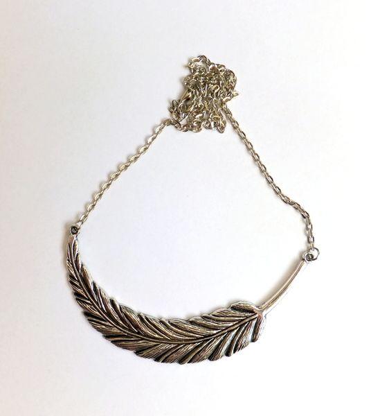 Halskette mit einem großen Medaillon in Federform , silber antik