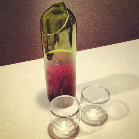 Wine bottle into pouring pitcher - Botella de vino transformada en jarra