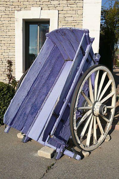 File:Charette devant le musée de la lavande à Coustellet.JPG