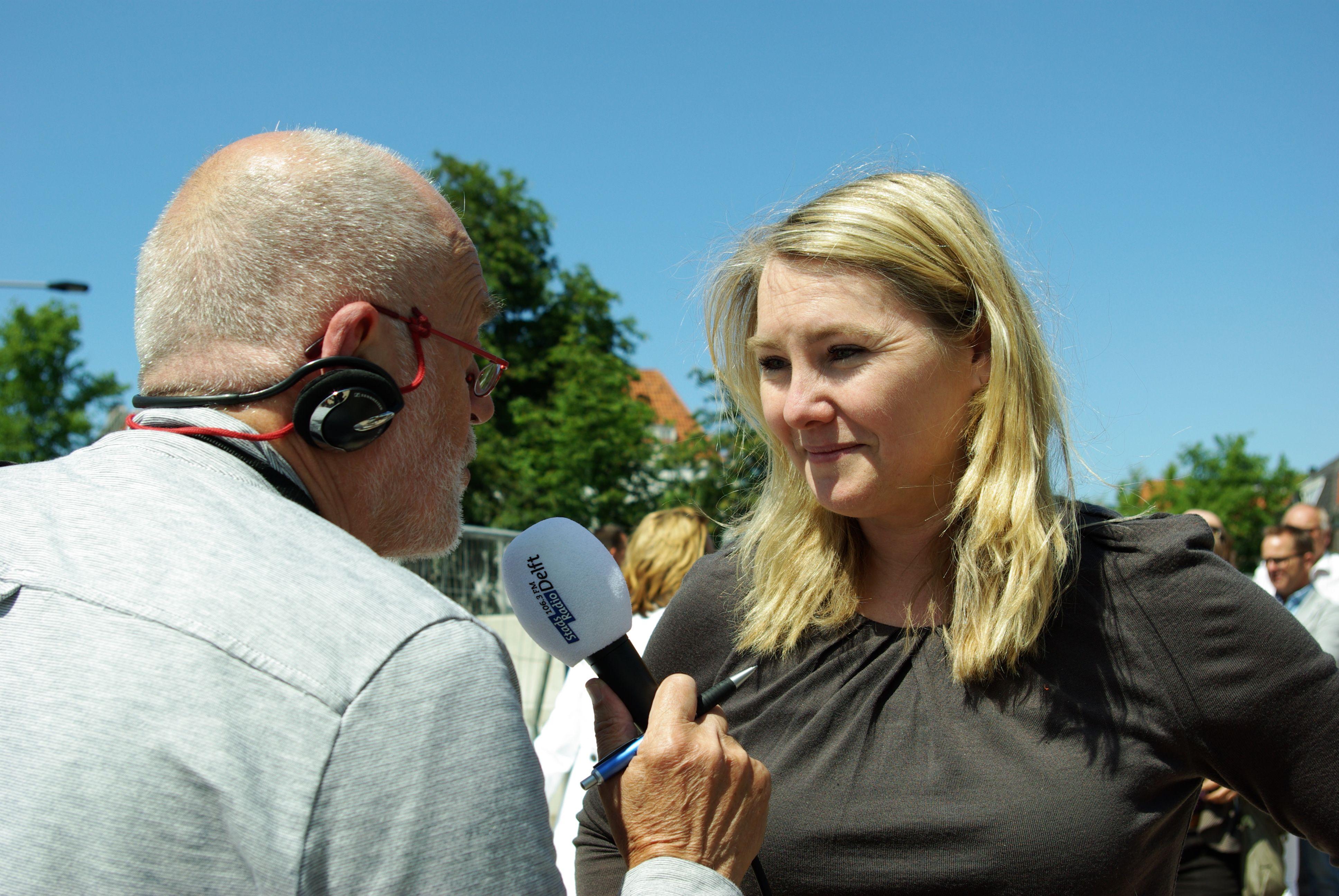 Melanie Schultz van Haegen, Minister van Infrastructuur en Milieu, in gesprek voor de radio met verslaggever Aat Snaterse