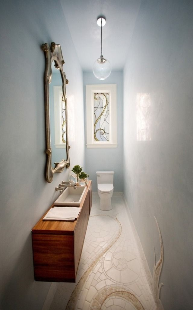 Enges Mini-Bad mit platzsparendem Mobiliar-an der Wand montiertes