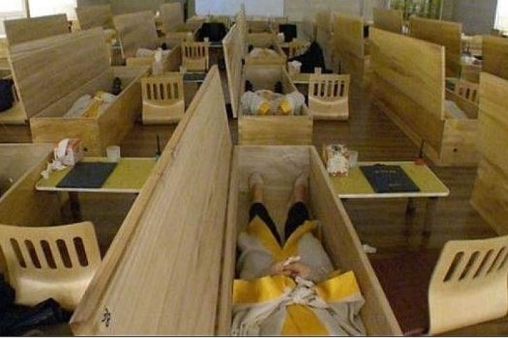 #Wow Asistir a tu propio funeral, el último recurso para acabar con los suicidios