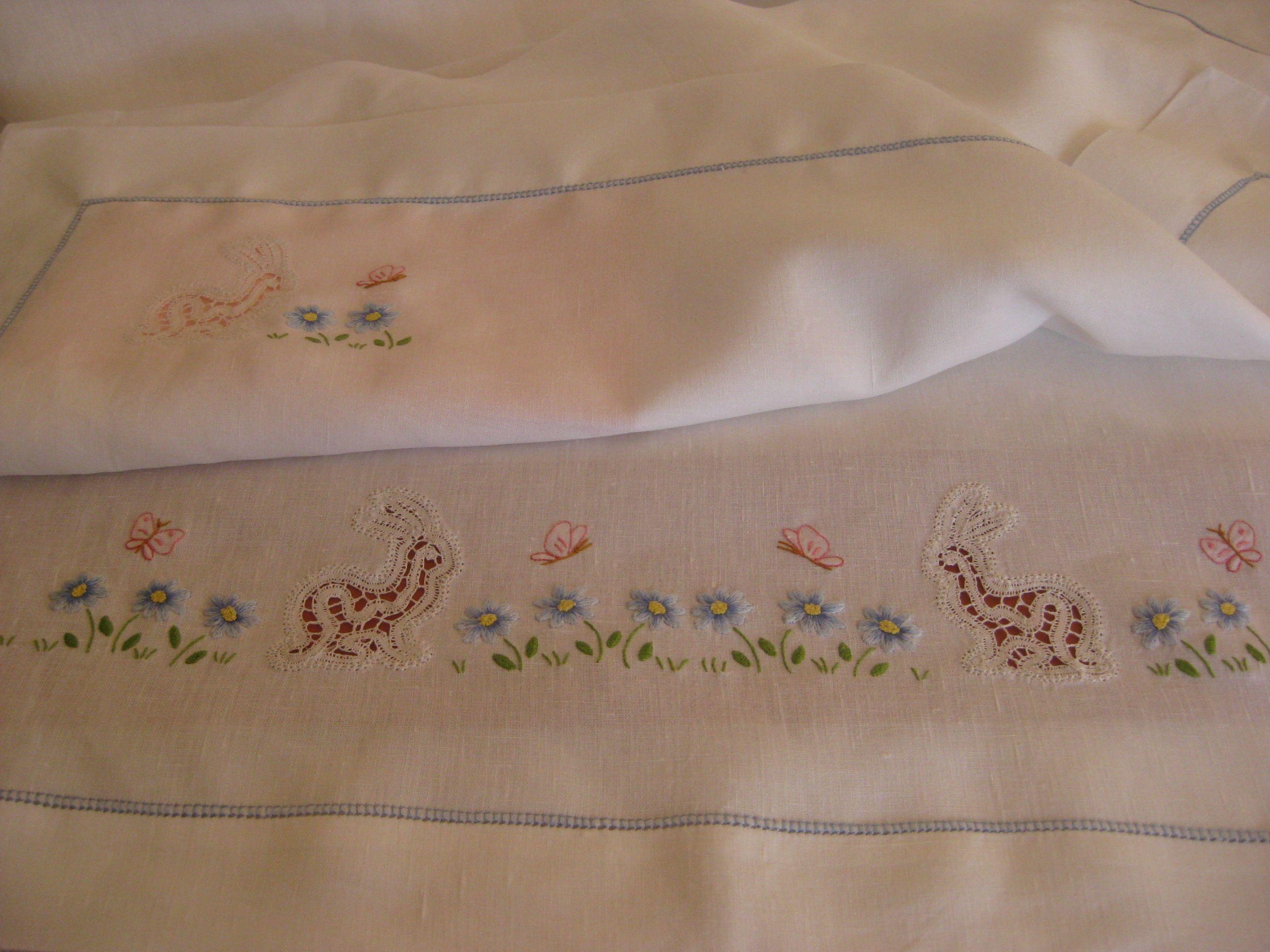 Lenzuolino per culla di lino con inserti di merletto a tombolo