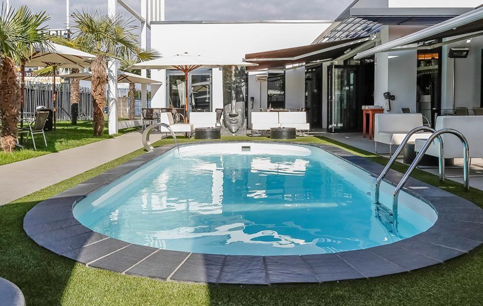 Une piscine waterair sur la terrasse du restaurant le carr blanc saint herblain for Echelle piscine design