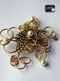 Tocado de pluma perlas y alambre dorado