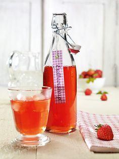 Ein süßer Sirup aus Erdbeeren zu Desserts oder zu Sekt