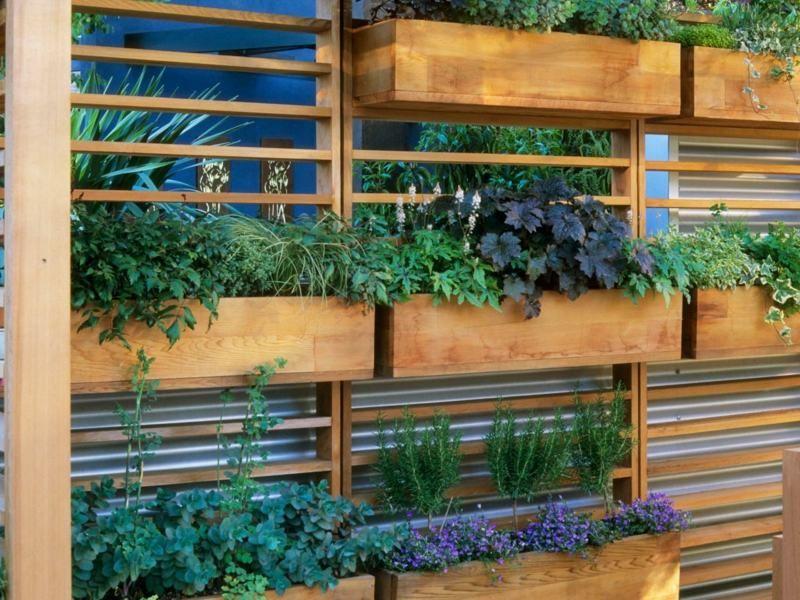 An den Sichtschutzzaun Blumenkästen anbringen Garten