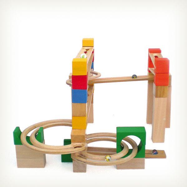 Juego individual y social para desarrollo de habilidades psicomotrices con 3 niveles de dificultad en el juego, Obstáculos, de Juguelín, distinguido con el Sello de Buen Diseño 2013.