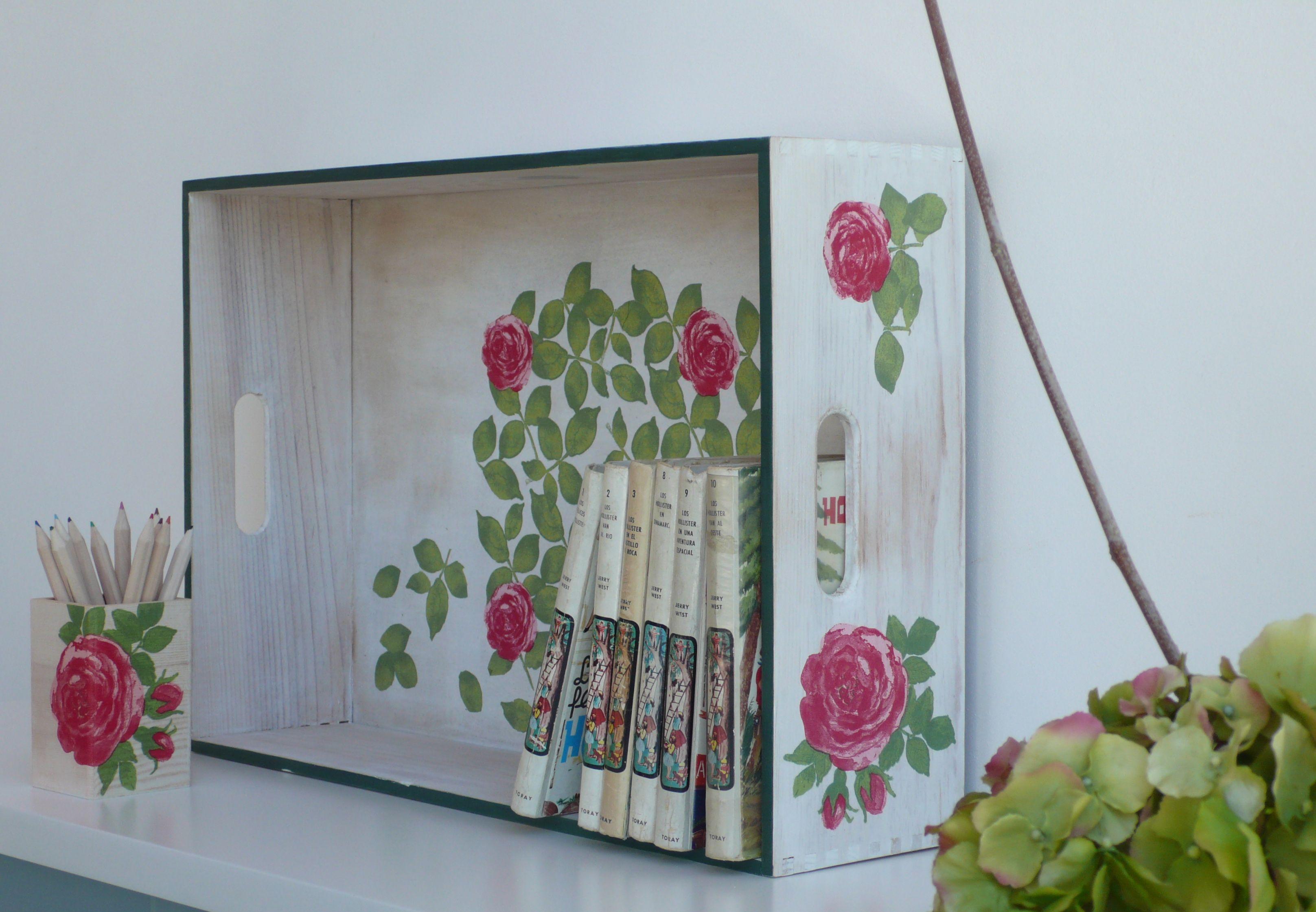 Caja o bandeja de madera maciza hecha con decoupage, pintada y envejecida. Wooden box