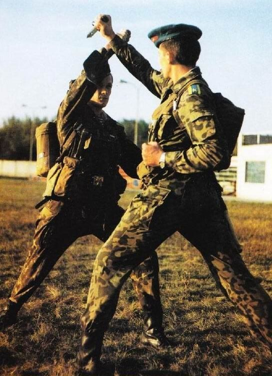 A pair of cadets of the Ryazan Higher Airborne Command School (RVVDKU) in close-quarters combat training.