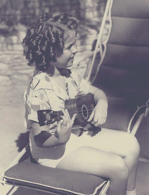 Shirley TEMPLE (1928-2014) X1 ***** #18 AFI Top 25 Actresses, playing the ukulele