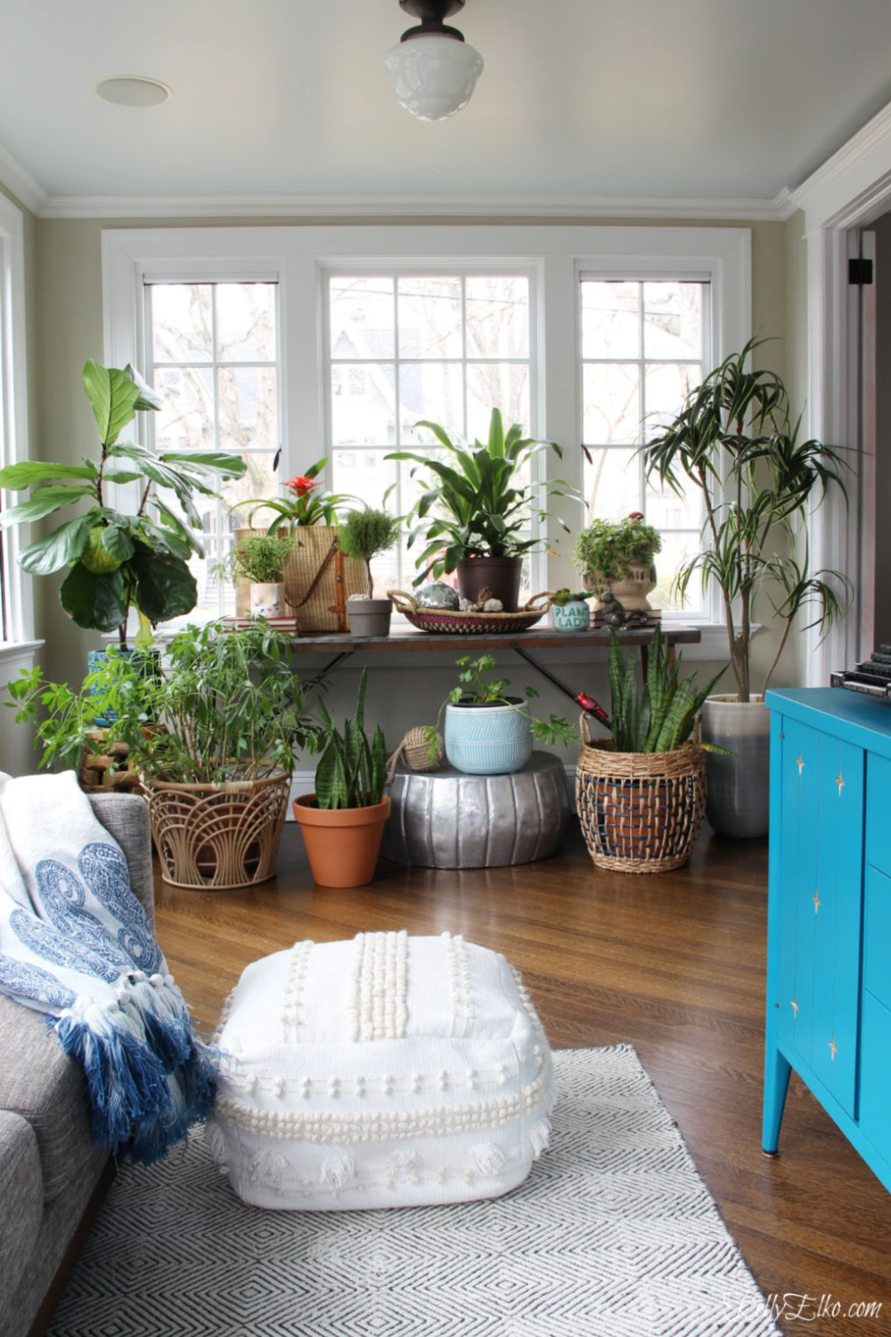 Plant Lady Sunroom - love this light filled room with houseplants, baskets, planters and vintage finds kellyelko.com #plants #houseplants #sunroom #jungalow #jungalowstyle #bohostyle #bohodecor #interiordesign #planters #vintagedecor #plantlady #eclecticdecor #kellyelko
