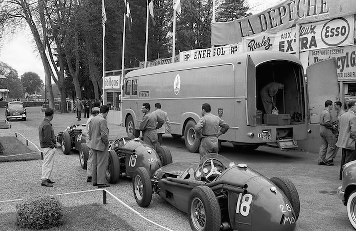 Team maserati race transporter maserati 250f pau 1955 for Garage mini pau