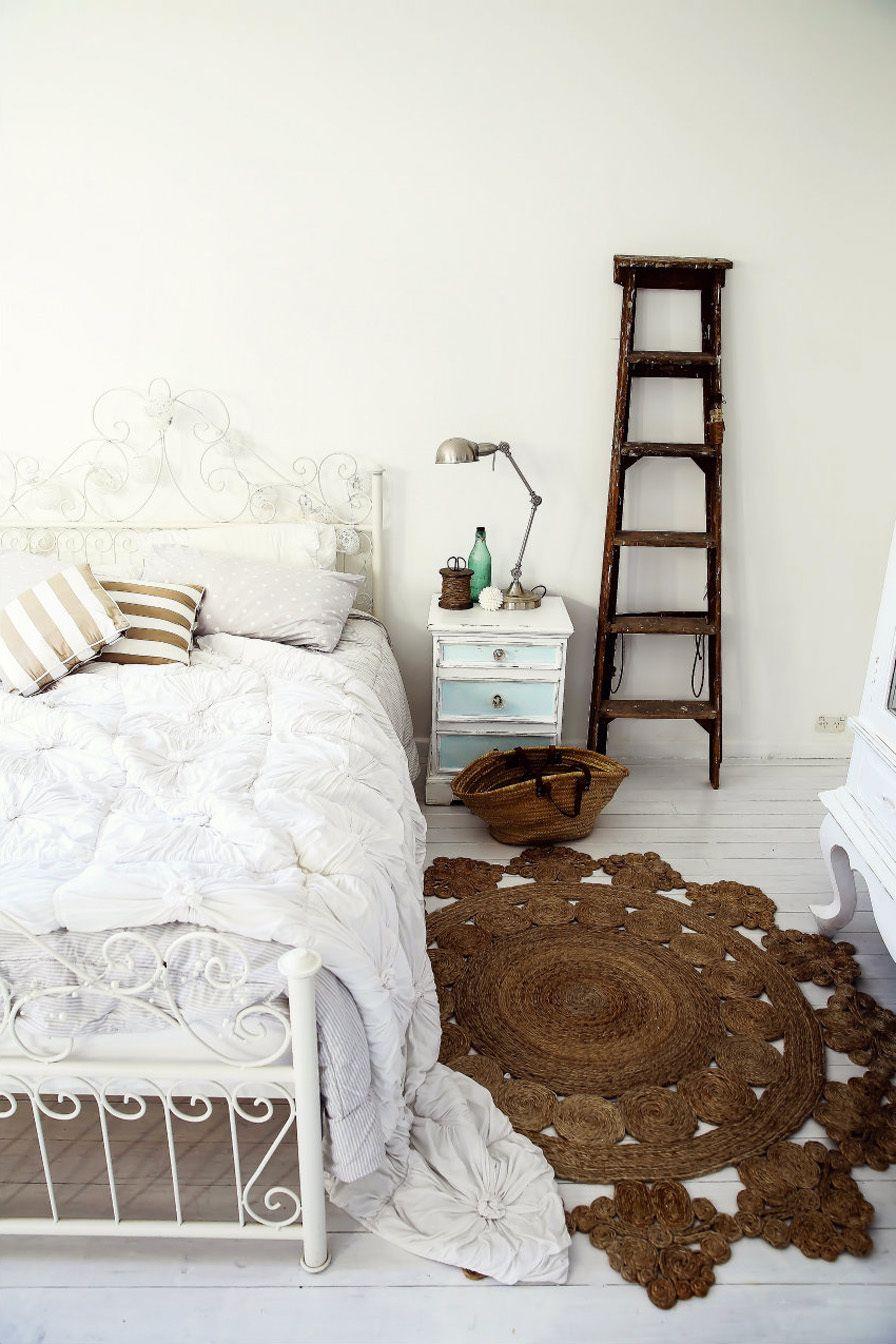 Schlafzimmer im Landhausstil Nachttisch aus Holz in Weiß