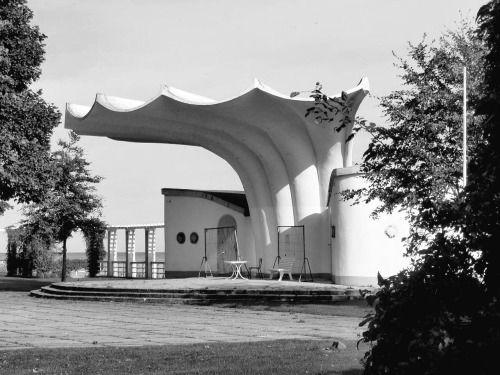 Een muziekpodium van de Oost-Duitse schaalconstructie-architectUlrich Müther in 1987 gebouwd in Sassnitz op het Noord-Duitse eiland Rügen.