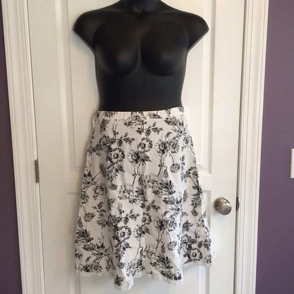 Size 9 like new skirt Beautiful patterned, side zip and button skirt by Studio Y Studio Y Skirts Midi